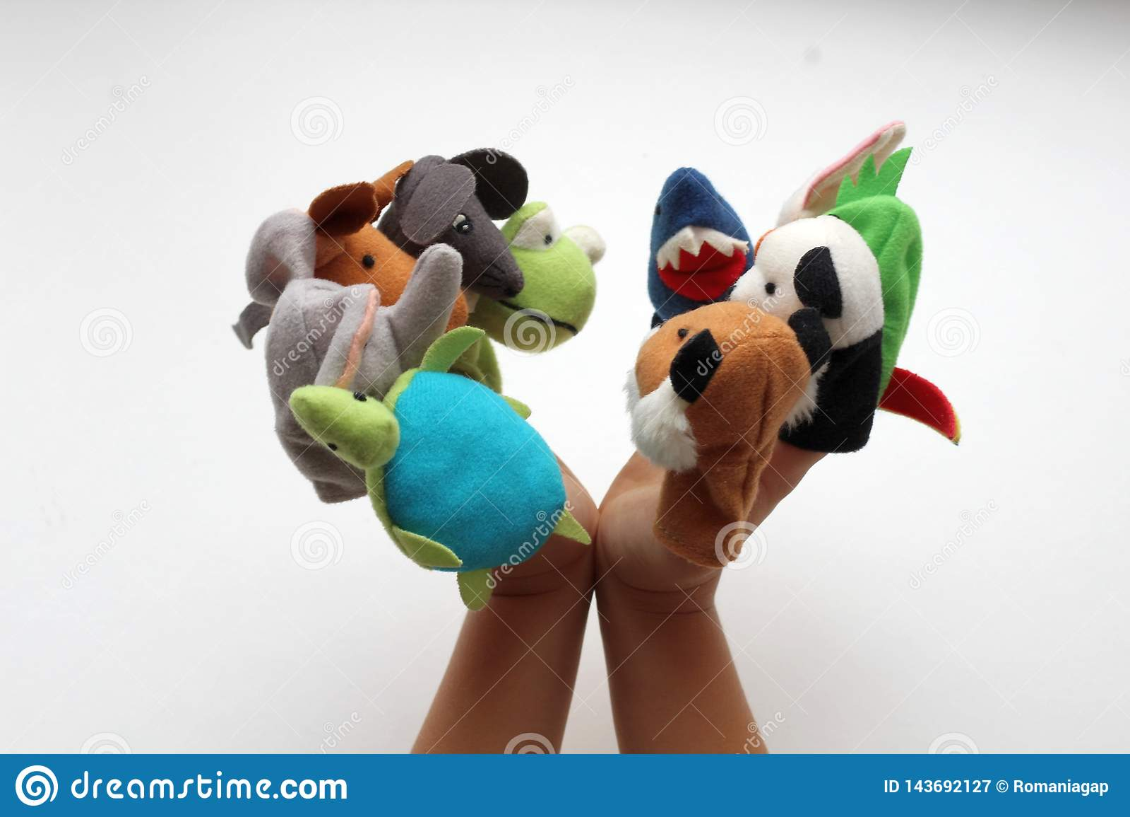 Sulle piccole dita del bambino, i giocattoli molli giocano gli animali in un teatro del burattino