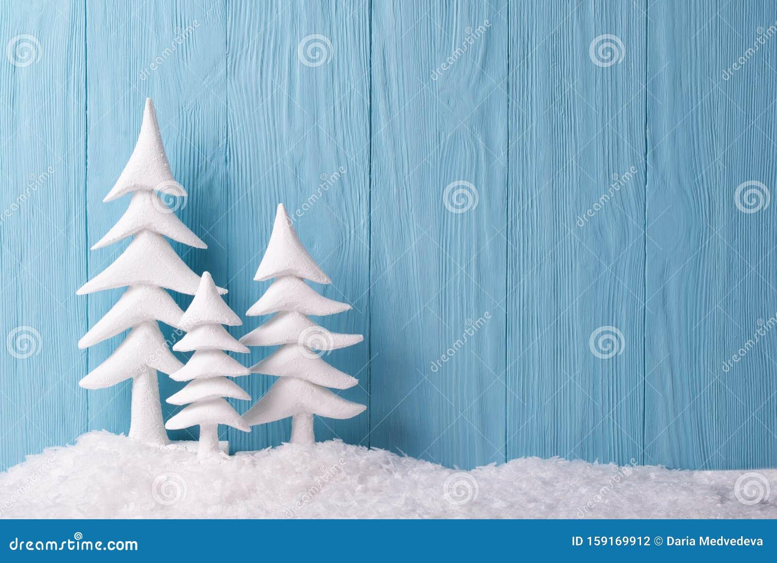 Youtube Sfondi Natalizi.Sullo Sfondo Natalizio Con Alberi Bianchi Di Natale E Neve Fondo Di Legno Blu Fotografia Stock Immagine Di Saluto Alberi 159169912
