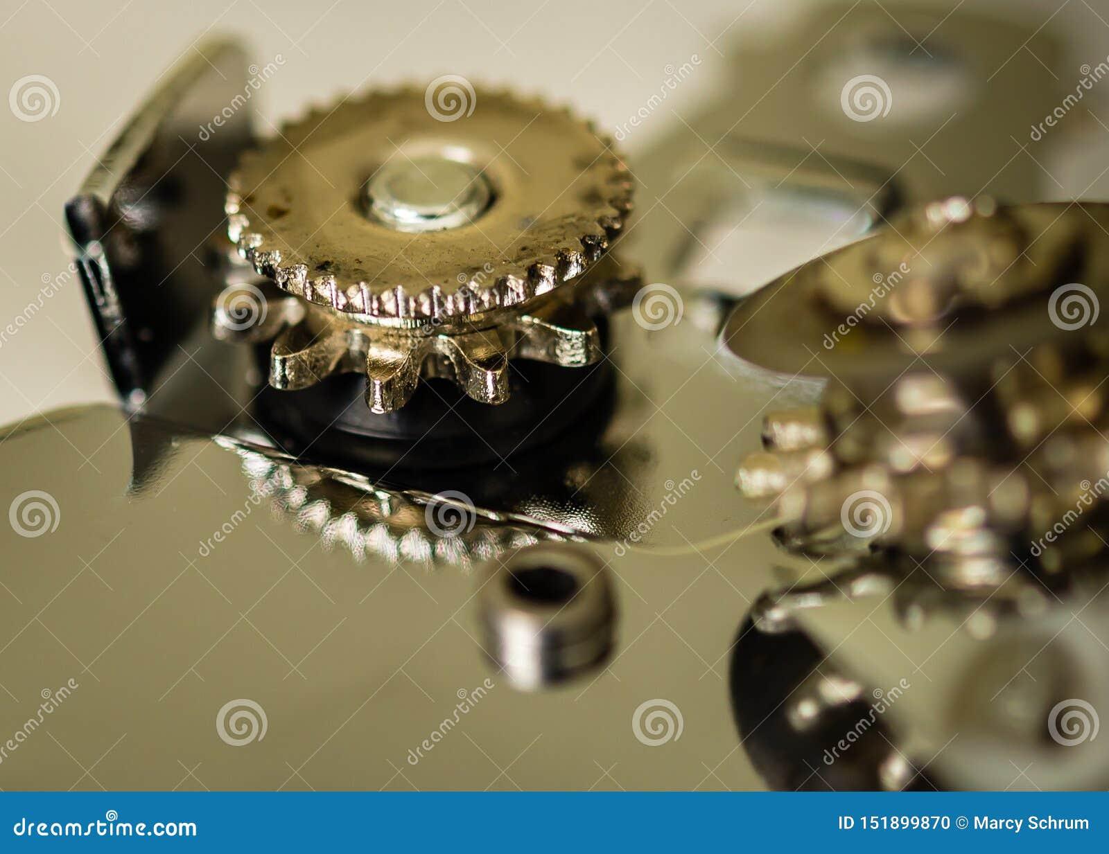 Sumário macro do close-up das rodas de um abridor de lata visto do lado