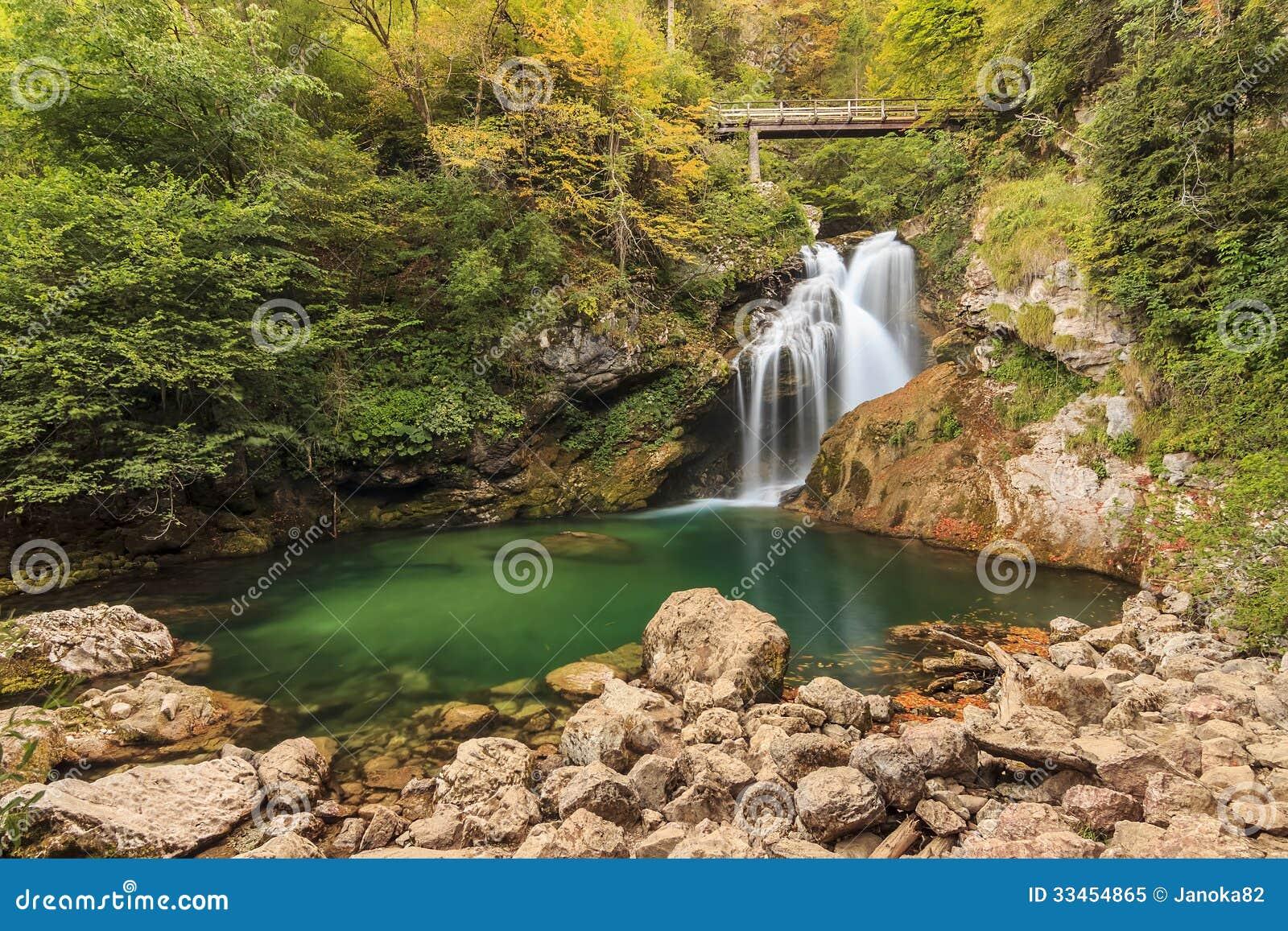 Sum vattenfallet i den Vintgar kanjonen i Slovenien, Europa