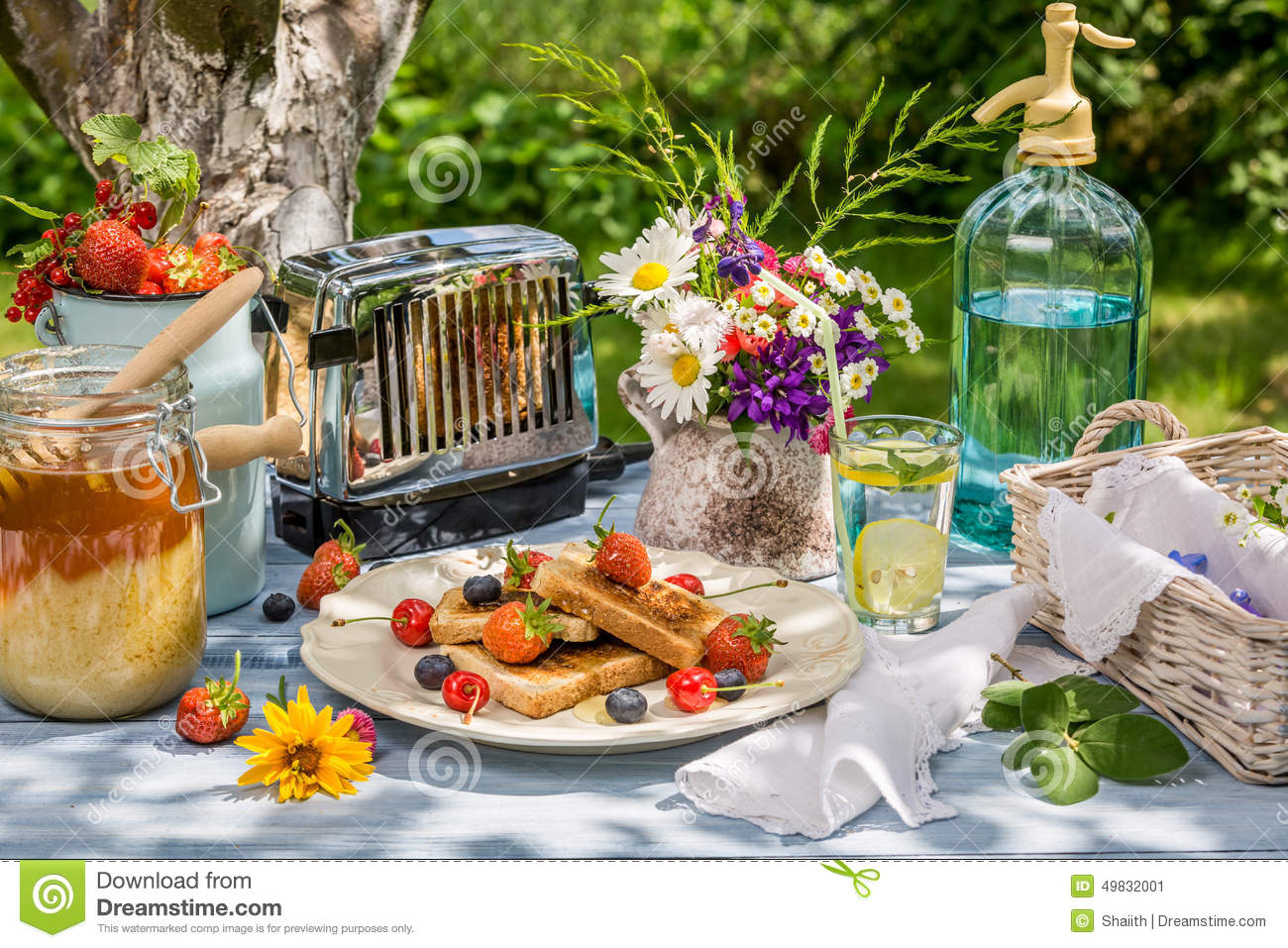 Summer breakfast in the garden with fruit toast with honey for Au jardin brunch