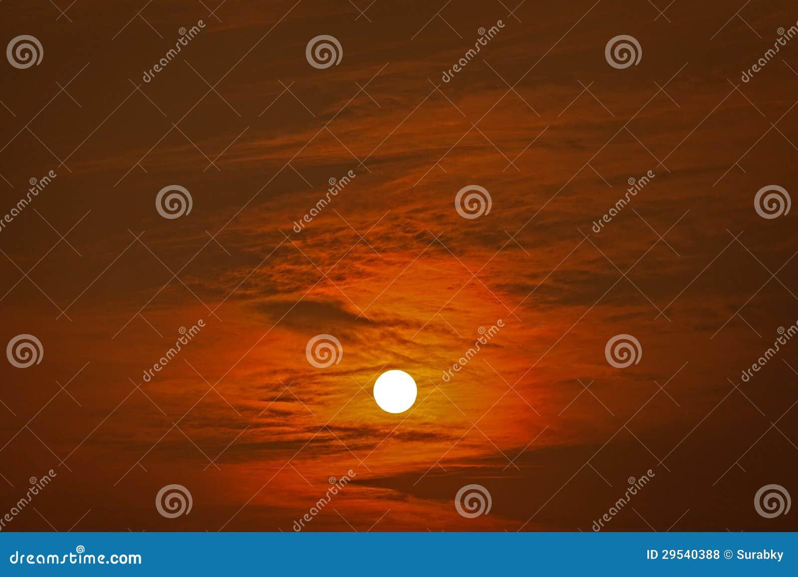 Sun atrás das nuvens no por do sol