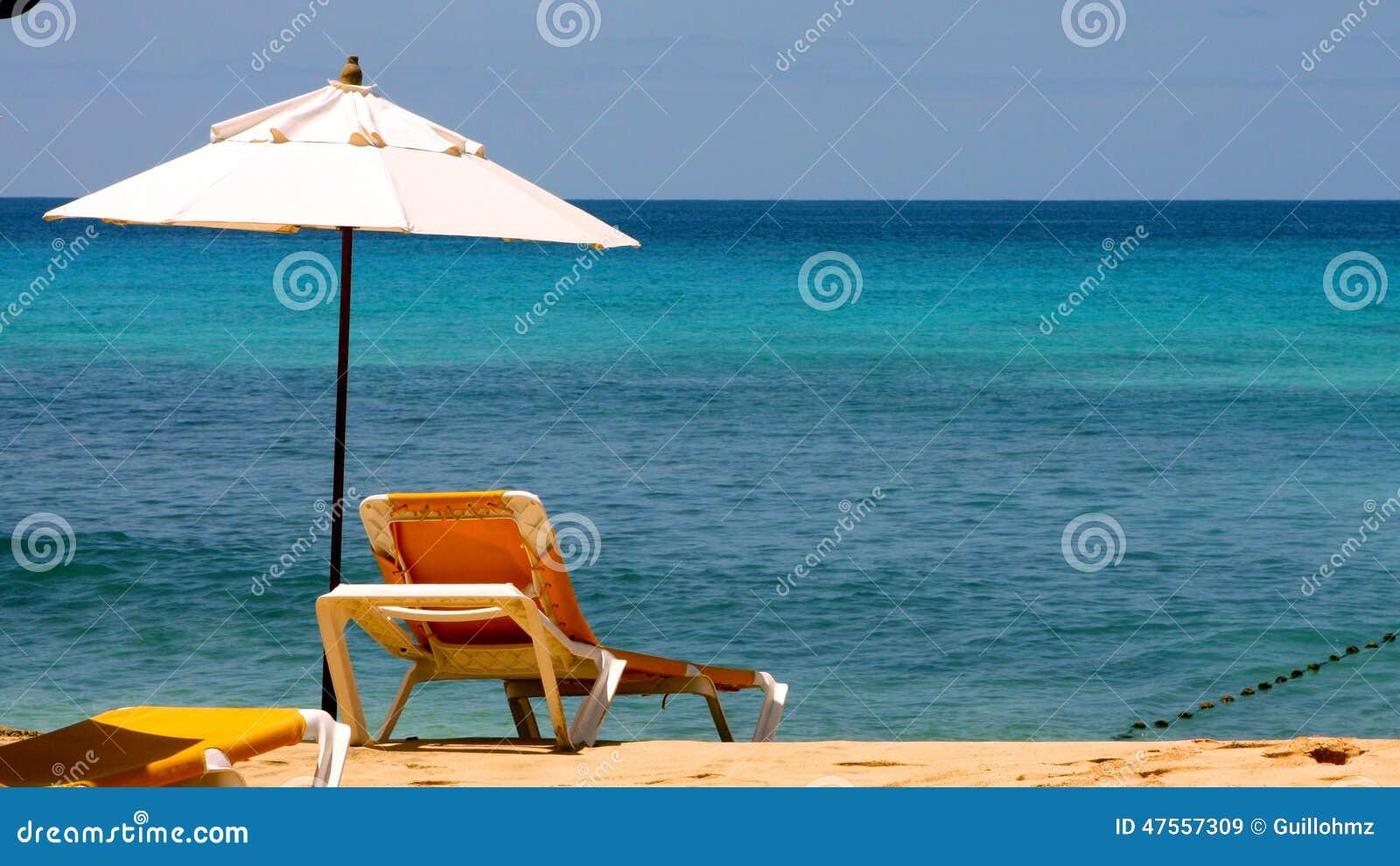 Sun Bett Am Strand Stockbild Bild Von Stuhl Stein Wasser 47557309