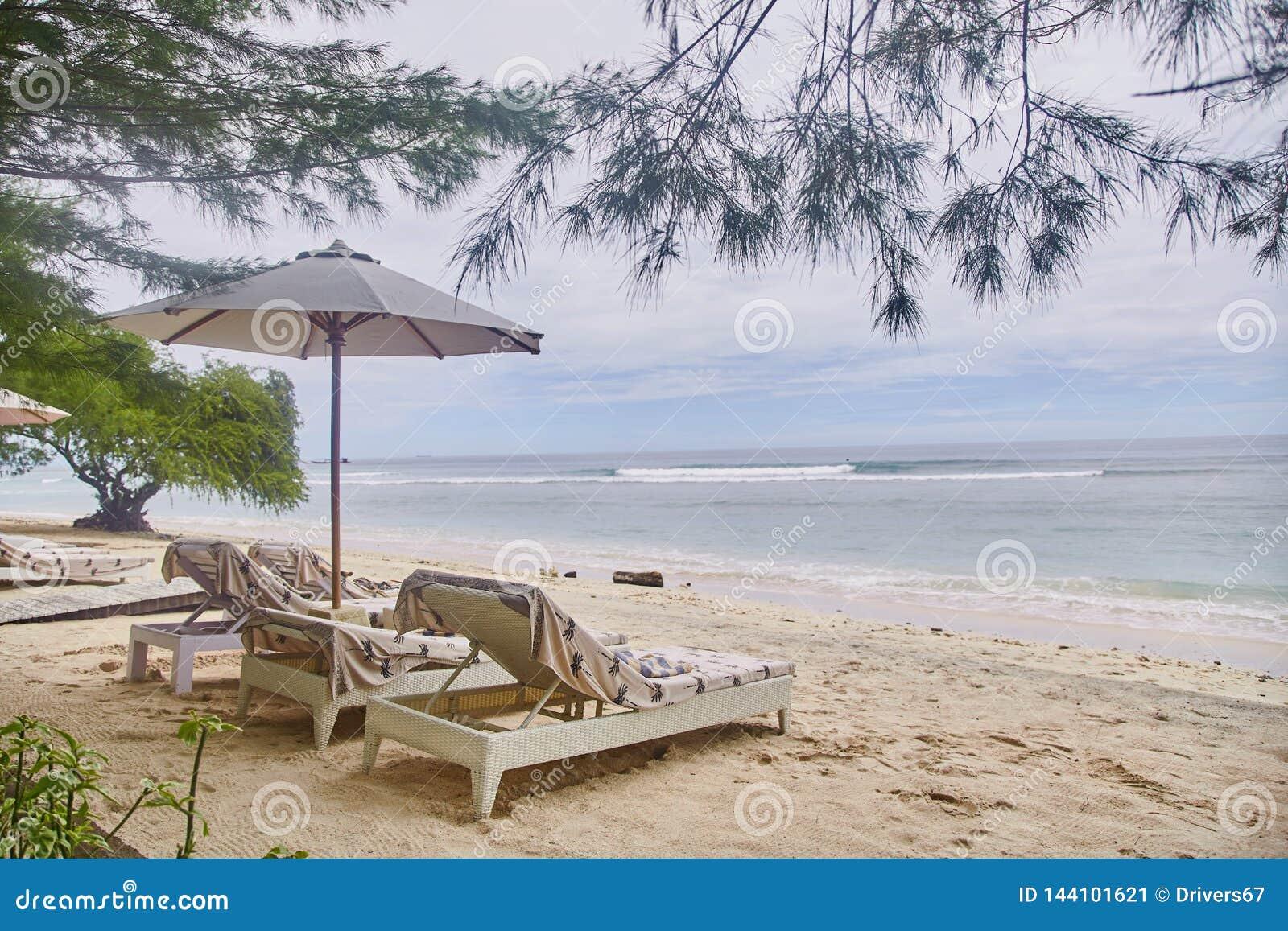 Sun-Betten mit Regenschirmen auf dem Bali-Strand