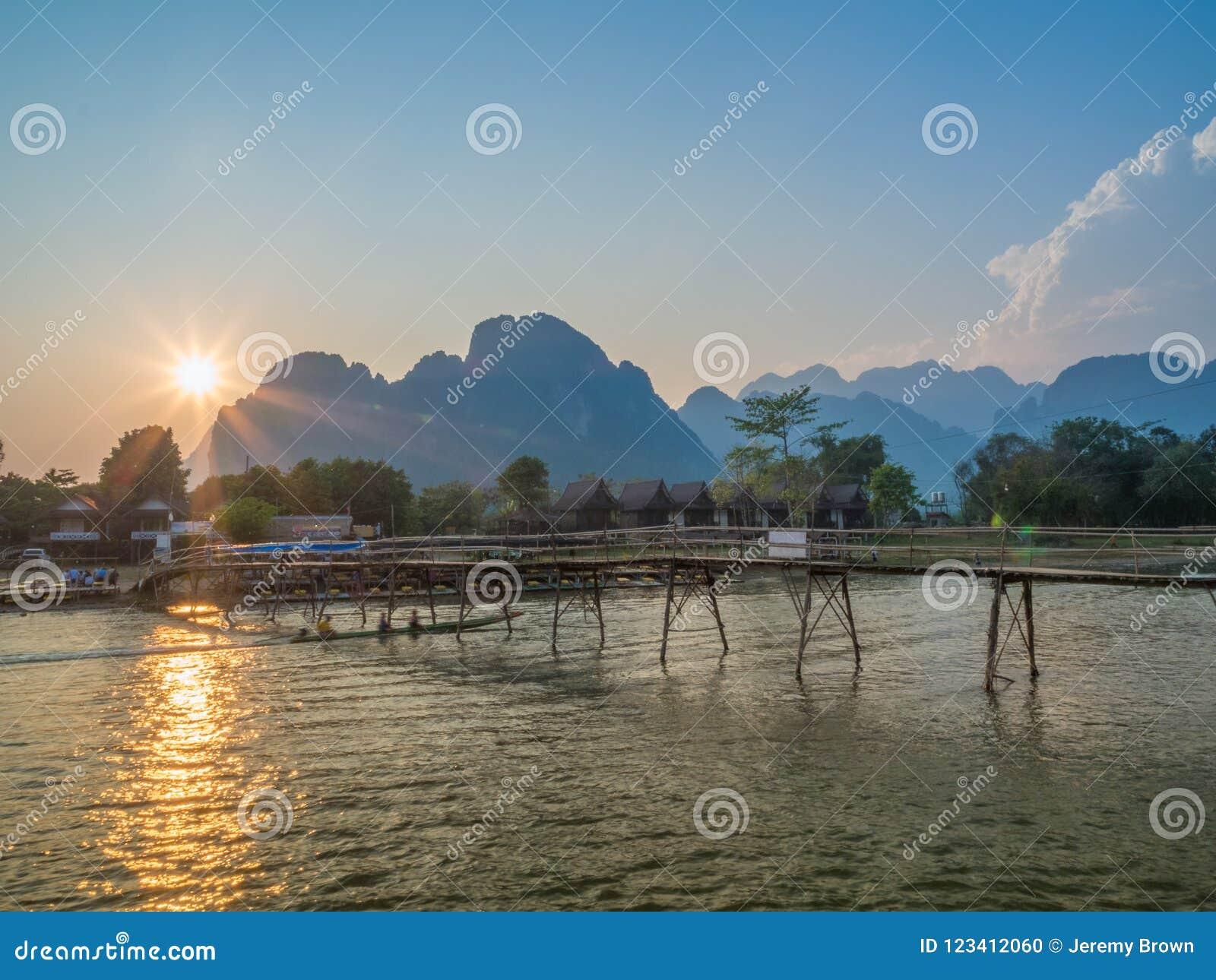 Sun che mette su Nam Song River, Laos