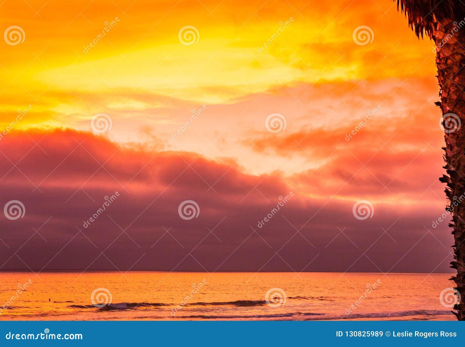 Sun colore para baixo o céu e o oceano