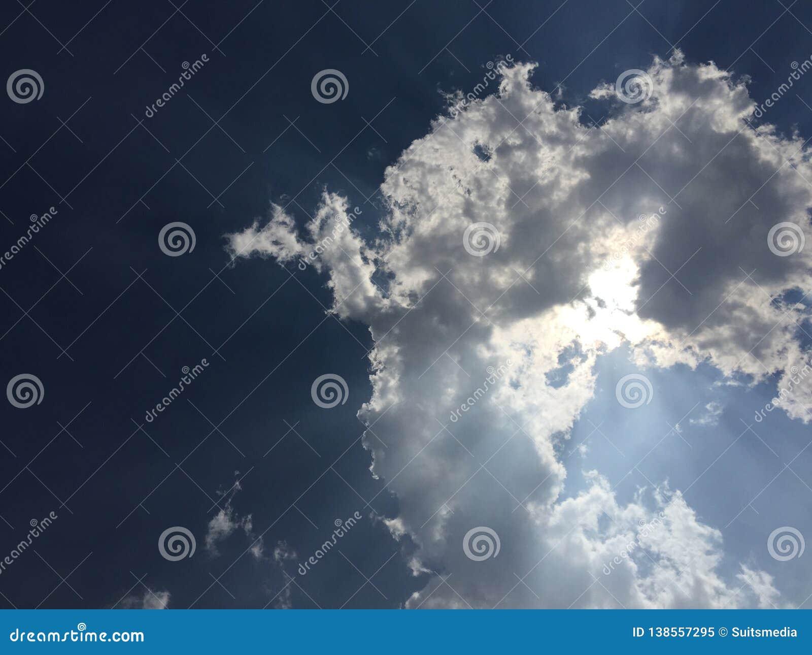 Sun a couvert par le nuage dans le ciel