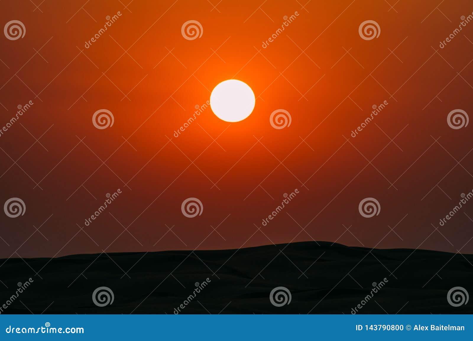 Sun dans le ciel au-dessus du désert