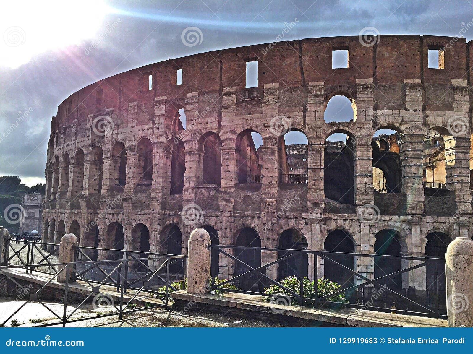 Sun dopo pioggia a Roma Colosseum