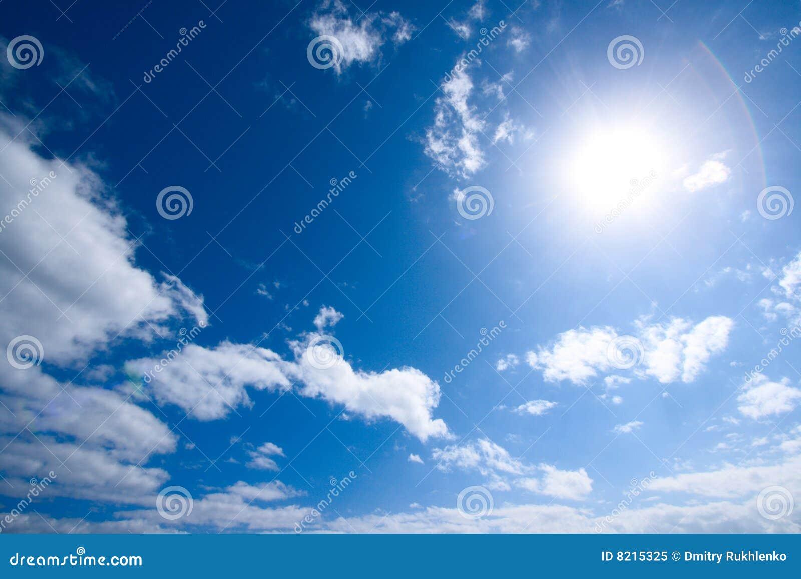 Sun e nuvens brancas no céu