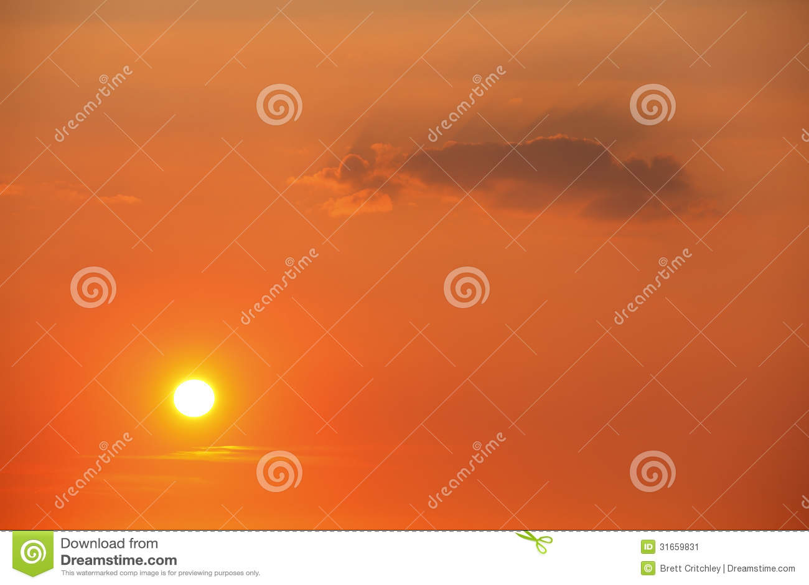 Sun en cielo de la puesta del sol