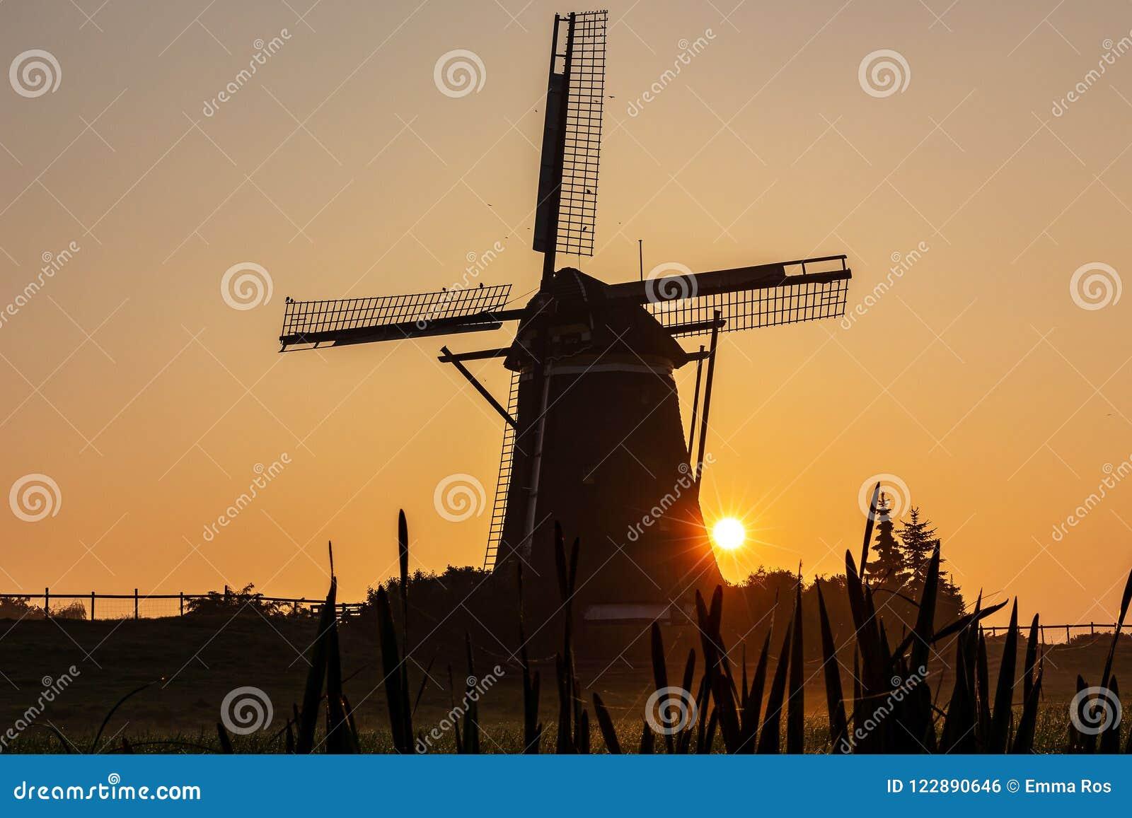 Sun erscheint hinter einem Nebel der Windmühle morgens