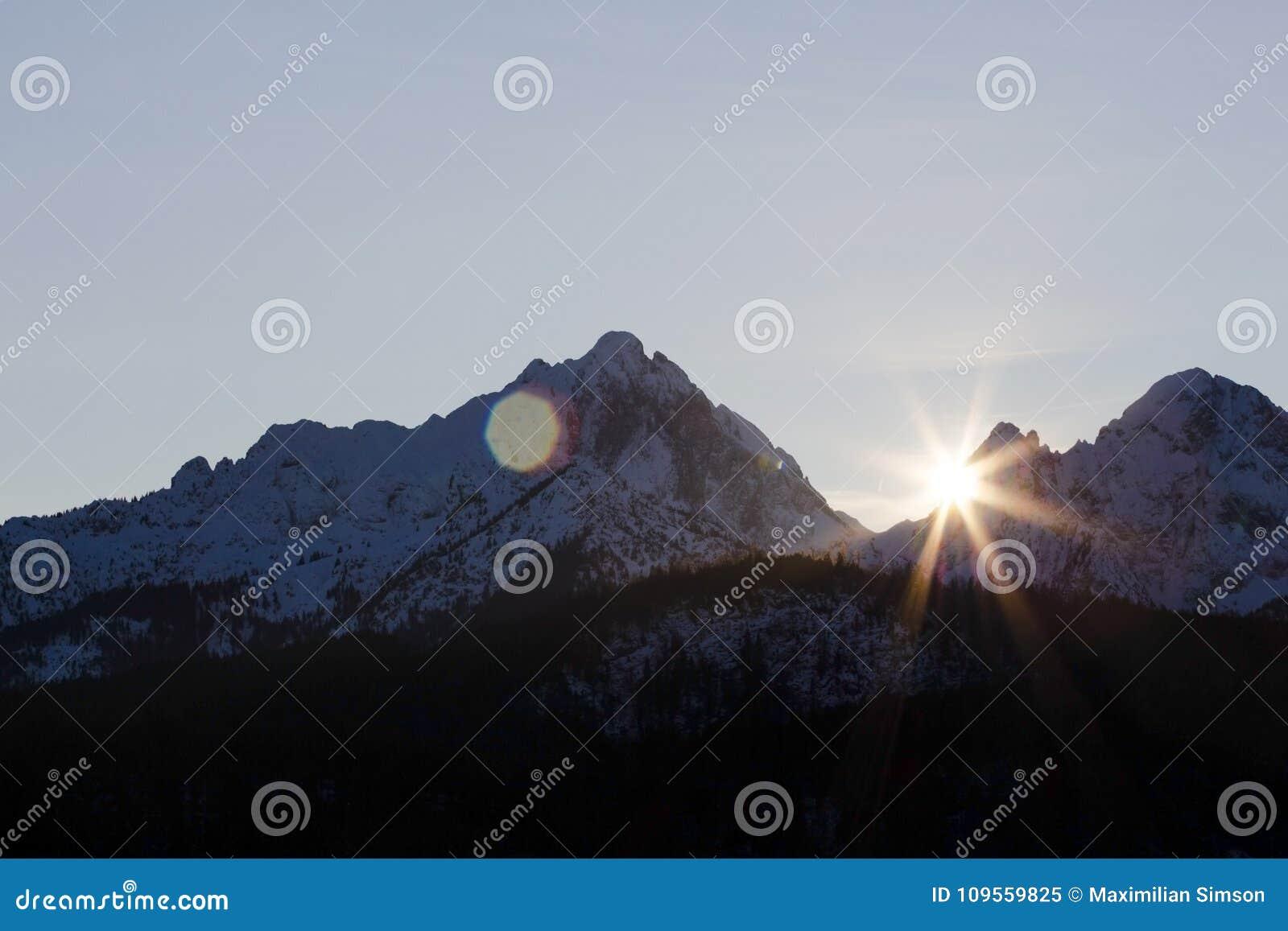 Sun-Glanz über den Bergen