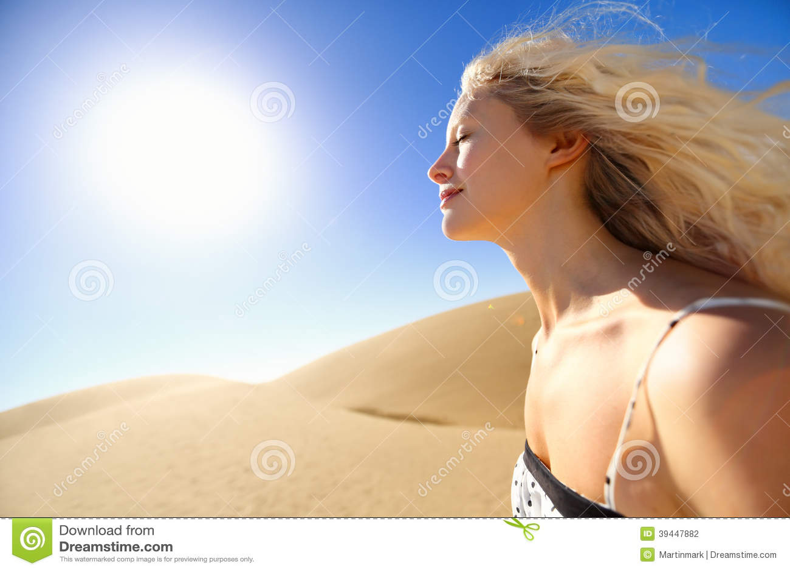 Sun-Hautpflegefrau, die Wüstensonnenschein genießt