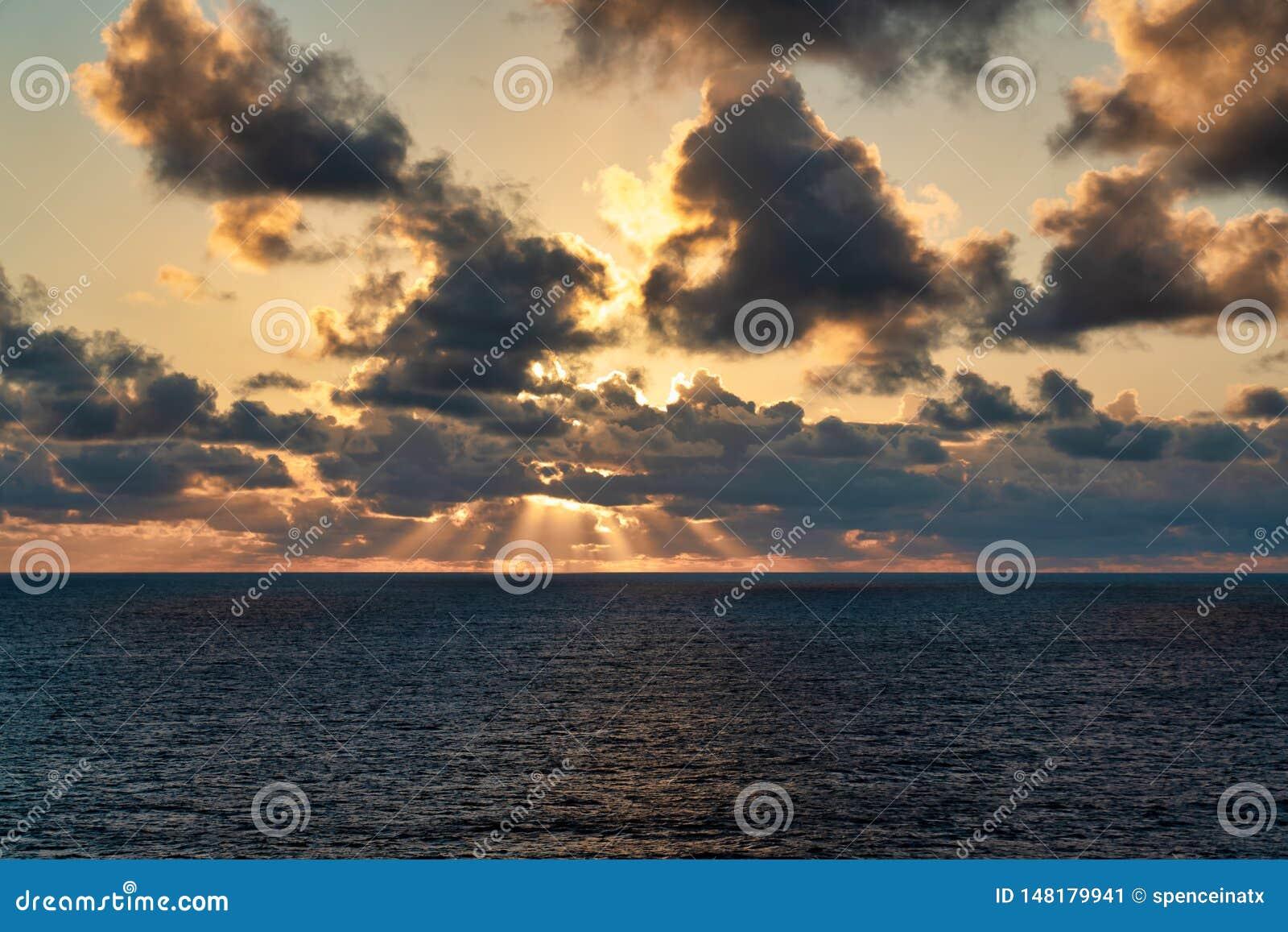 Sun heben heraus in Meer an