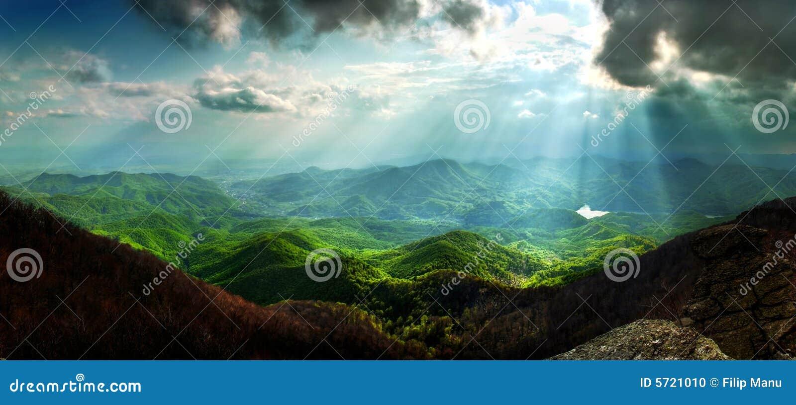 Sun irradia a paisagem da montanha