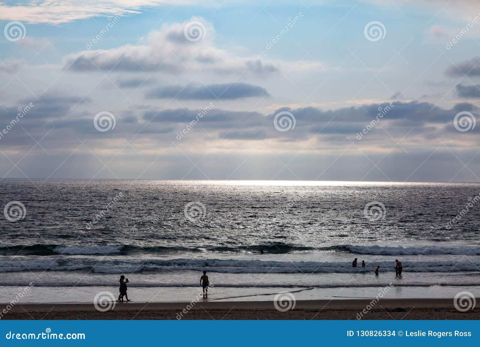 Sun irradia a través de una nube y crea el proyector del océano