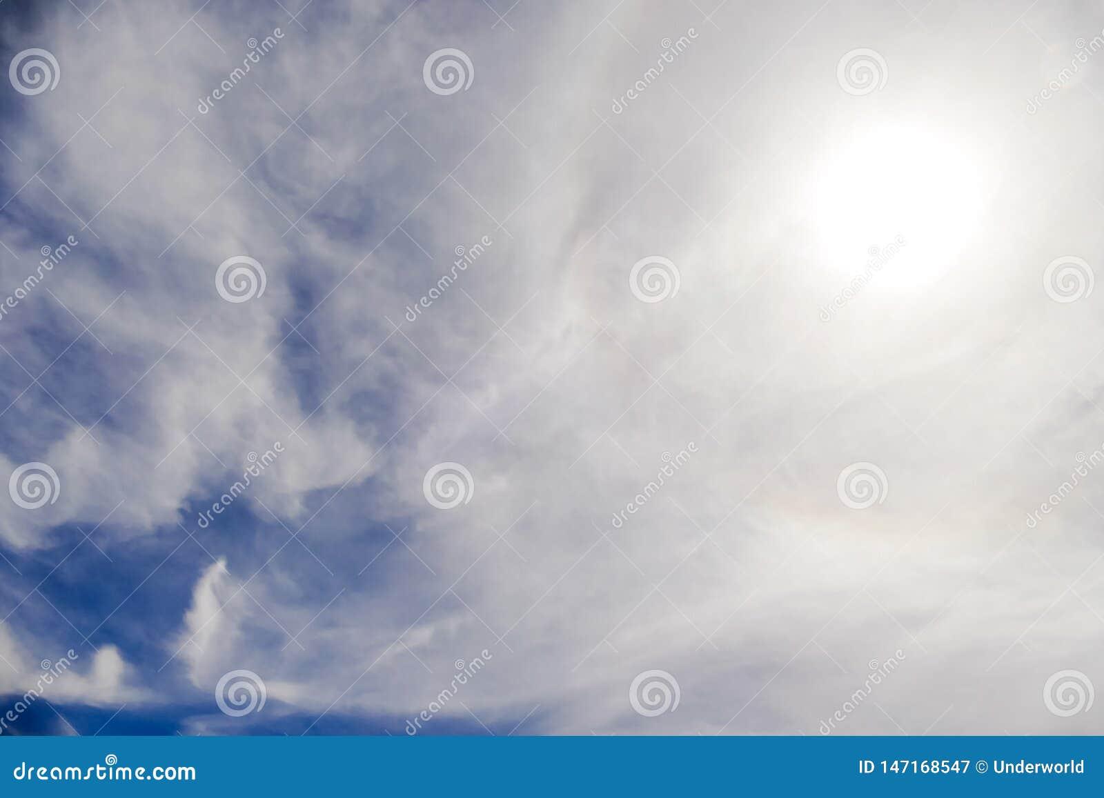 Sun mit dem Kreisregenbogensonnen-Haloauftreten wegen der Eiskristalle in der Atmosph?re, Sonnenhalohintergrund
