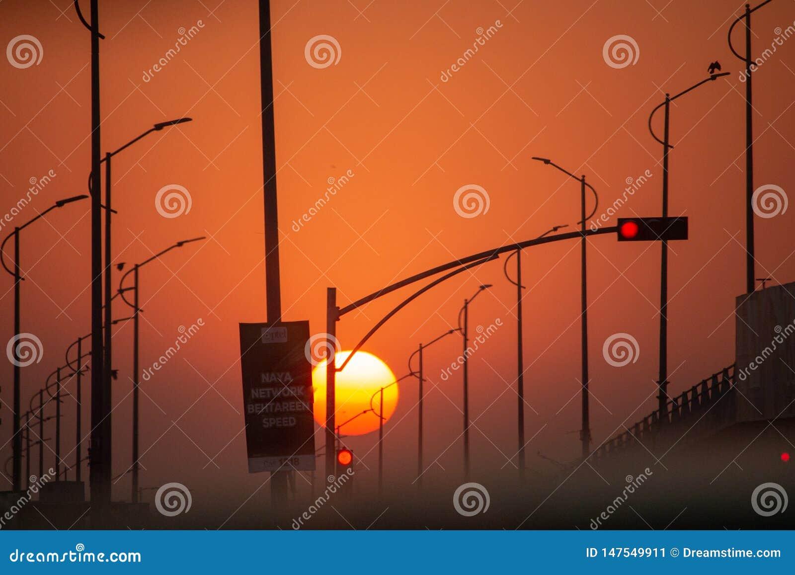 Sun que ajusta-se no meio de uma rua vazia
