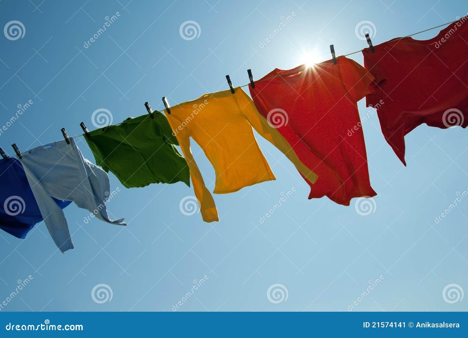 Sun que brilha sobre uma linha brilhante da lavanderia