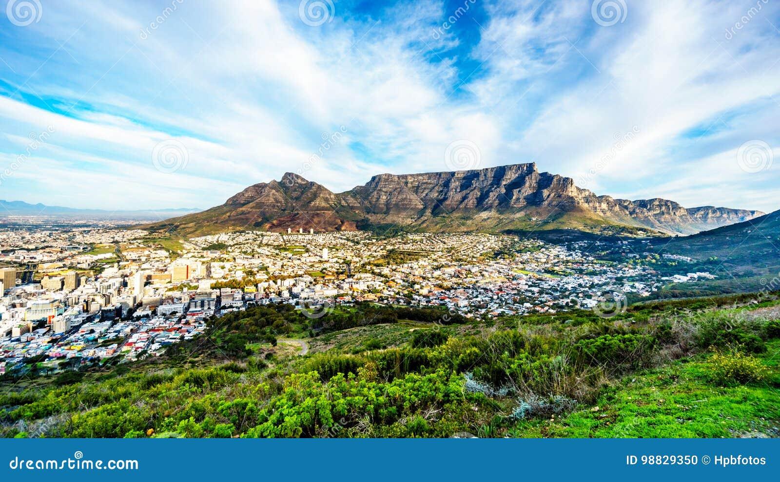 Sun que fija sobre Cape Town, montaña de la tabla, diablos enarbola, cabeza de los leones y los doce apóstoles
