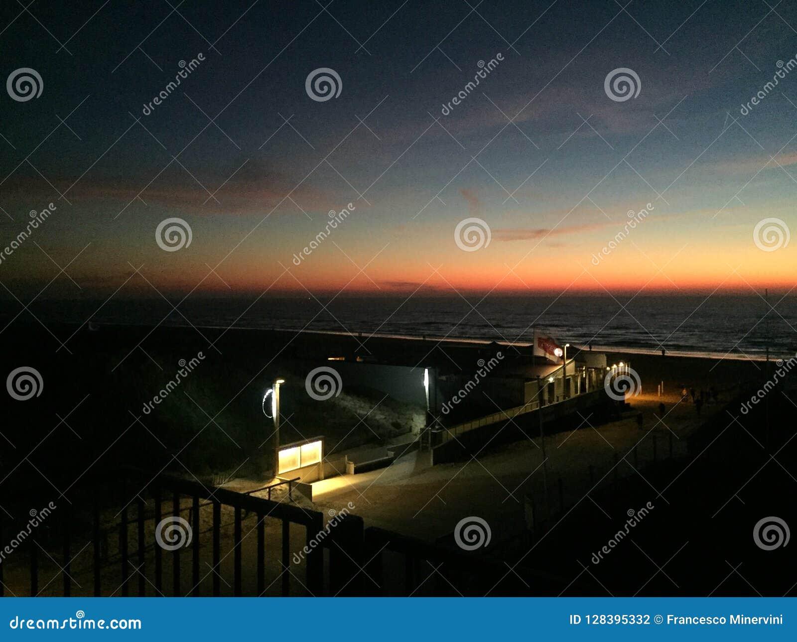 Sun que vai para baixo na praia