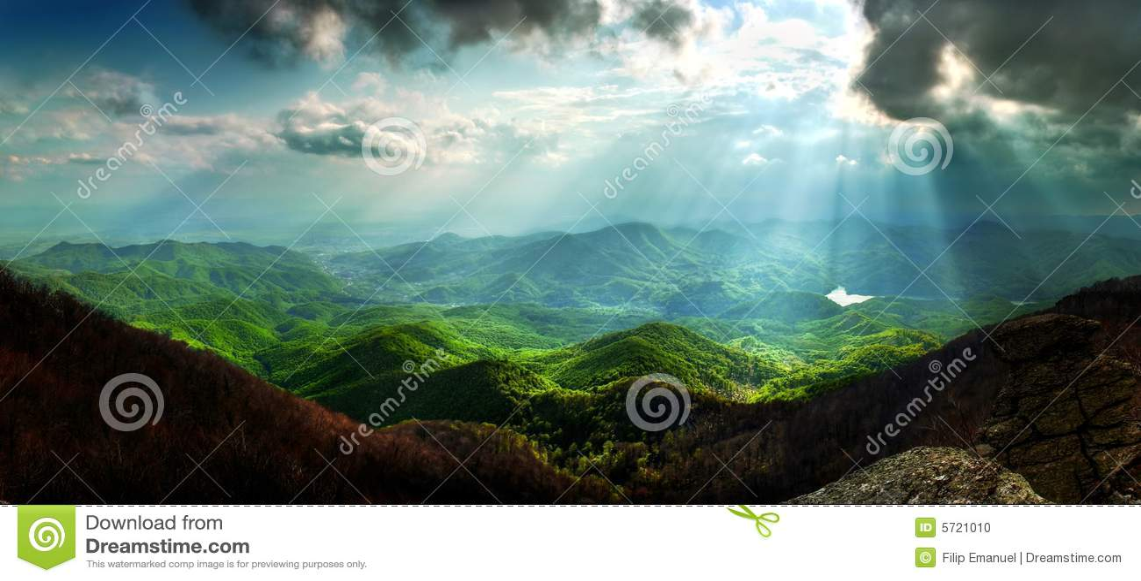 Sun rays il paesaggio della montagna