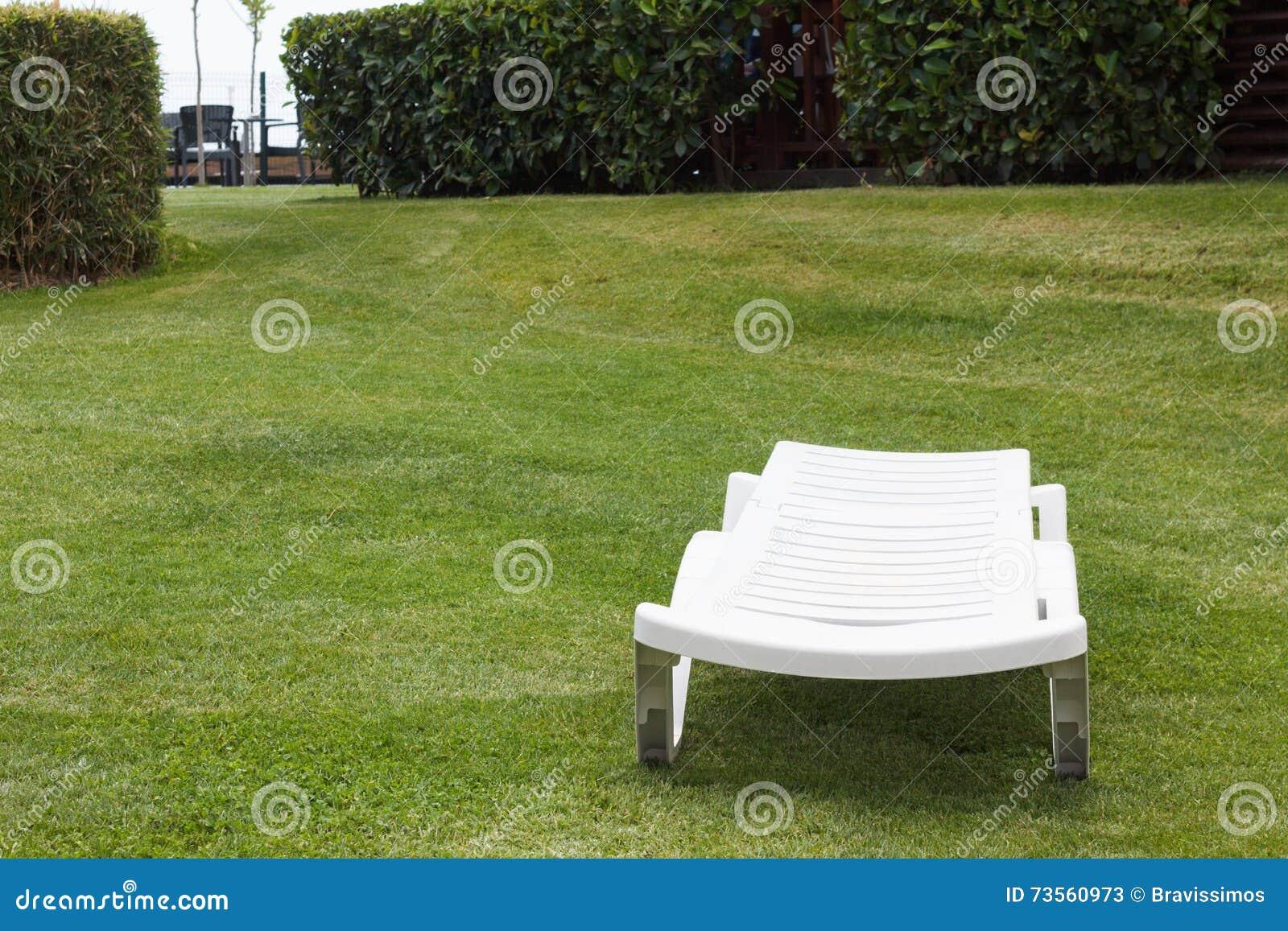 Sun sedia su un prato inglese soleggiato immagine stock for Mobilia in inglese
