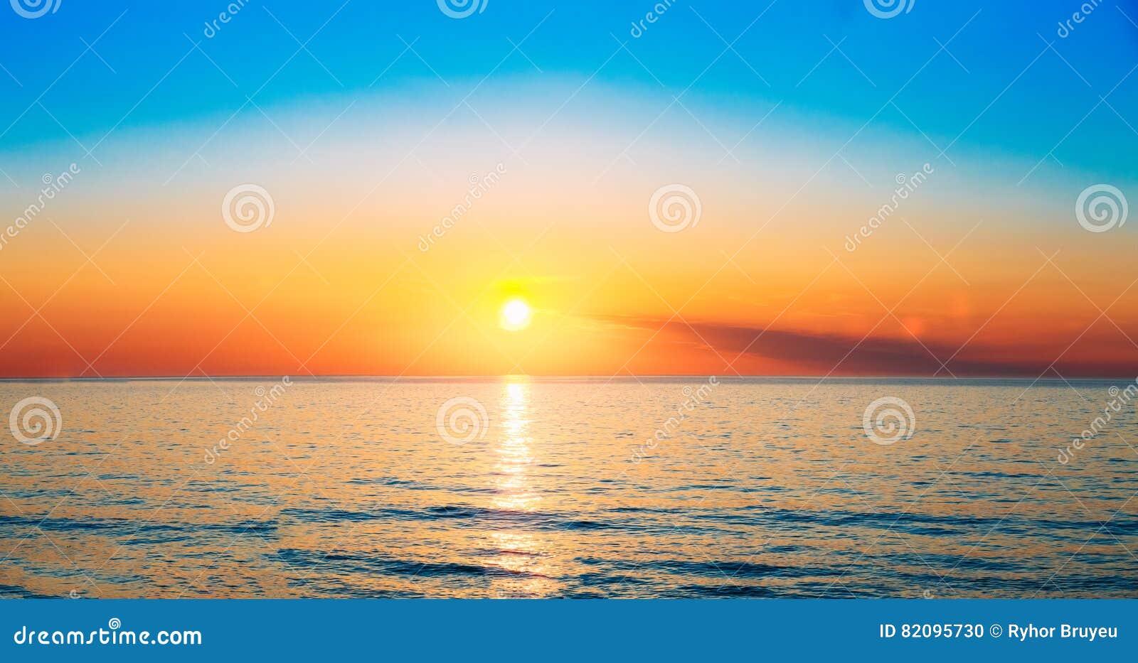 Sun stellt auf Horizont bei Sonnenuntergang-Sonnenaufgang über Meer oder Ozean ein T