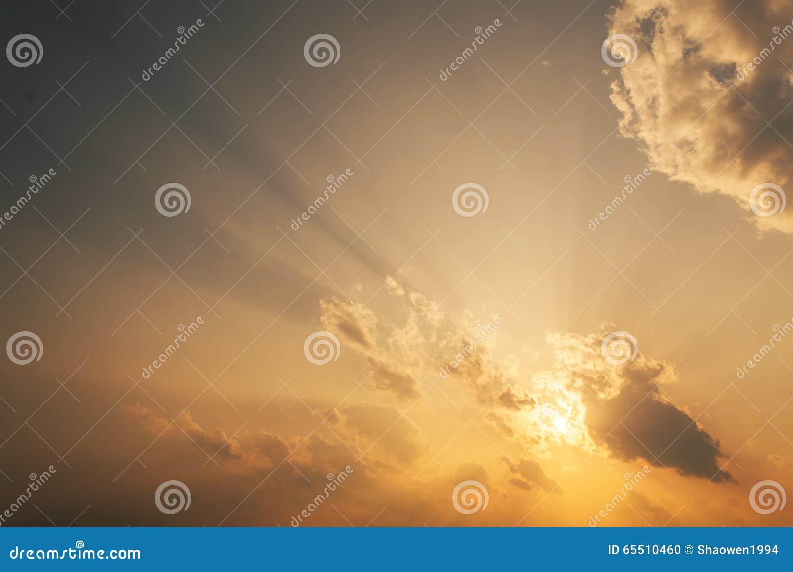 Sun-Strahlen über dem Horizont