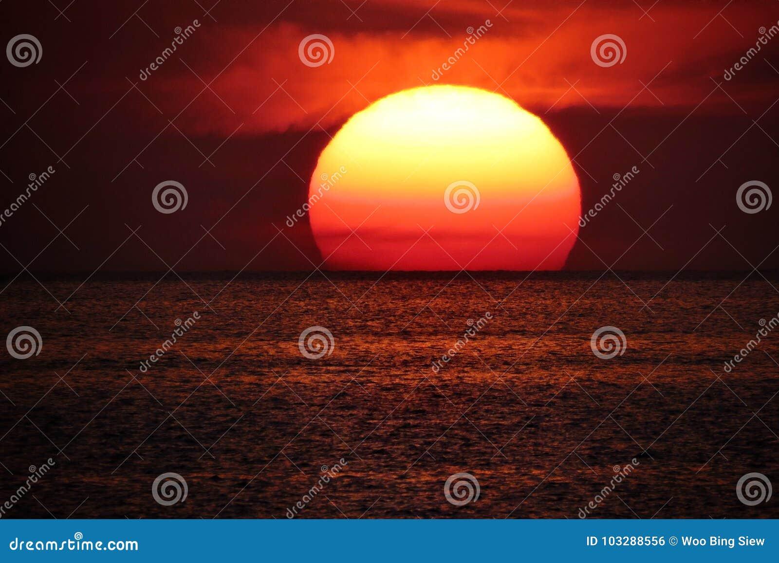 Sun sur l horizon de mer