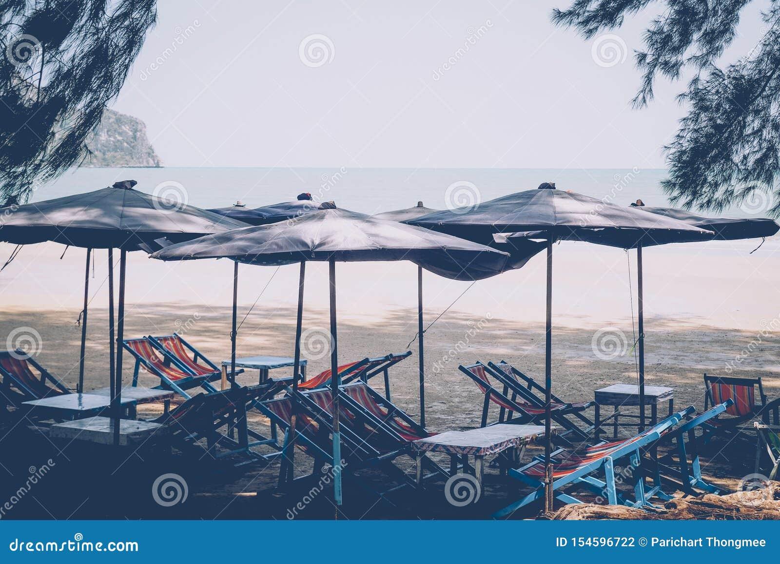 Sun umbrellas on a beach, with a view of a horizon line over the sea