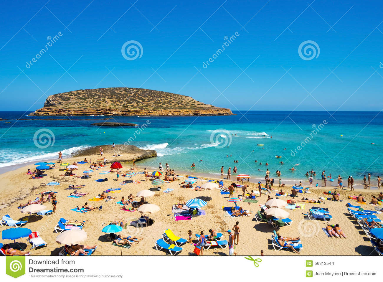 sunbathers in cala conta setzen in san antonio ibiza insel badekurort auf den strand. Black Bedroom Furniture Sets. Home Design Ideas