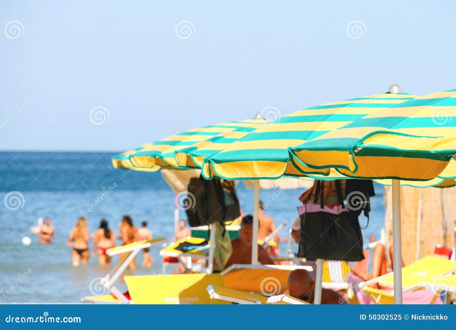 Sunbeds и зонтики на пляже в Марине Bellaria Igea, Римини, Италии