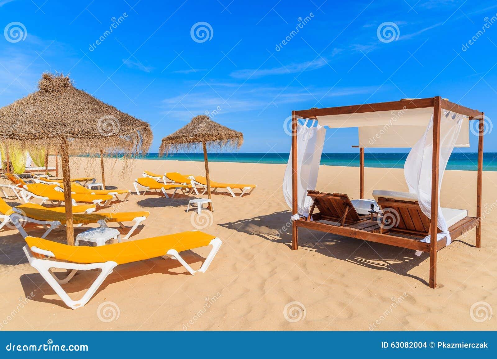 Download Sunbeds Sur La Plage Sablonneuse Photo stock - Image du sable, parasol: 63082004