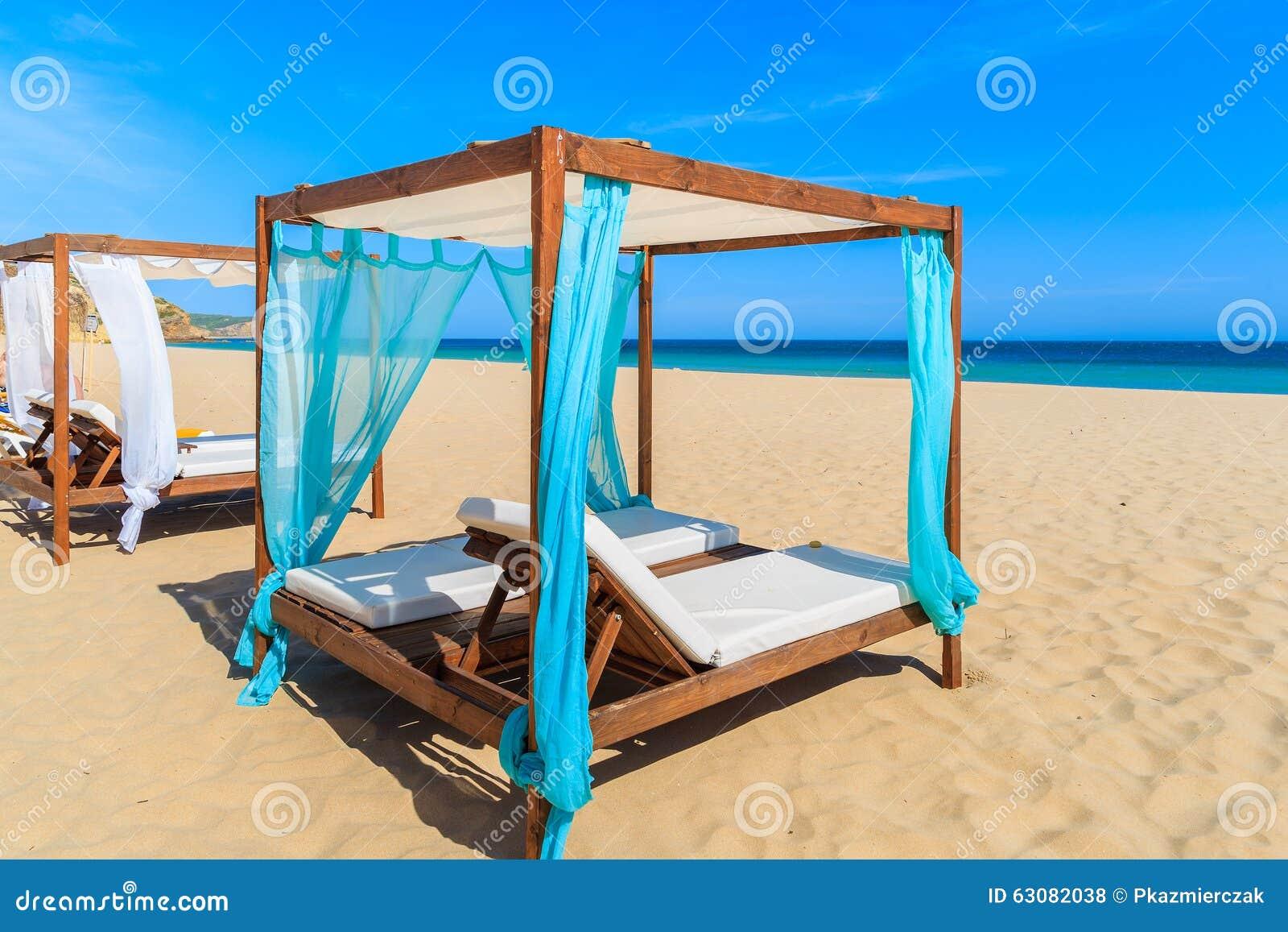 Download Sunbeds Sur La Plage Sablonneuse Photo stock - Image du lagos, relaxation: 63082038