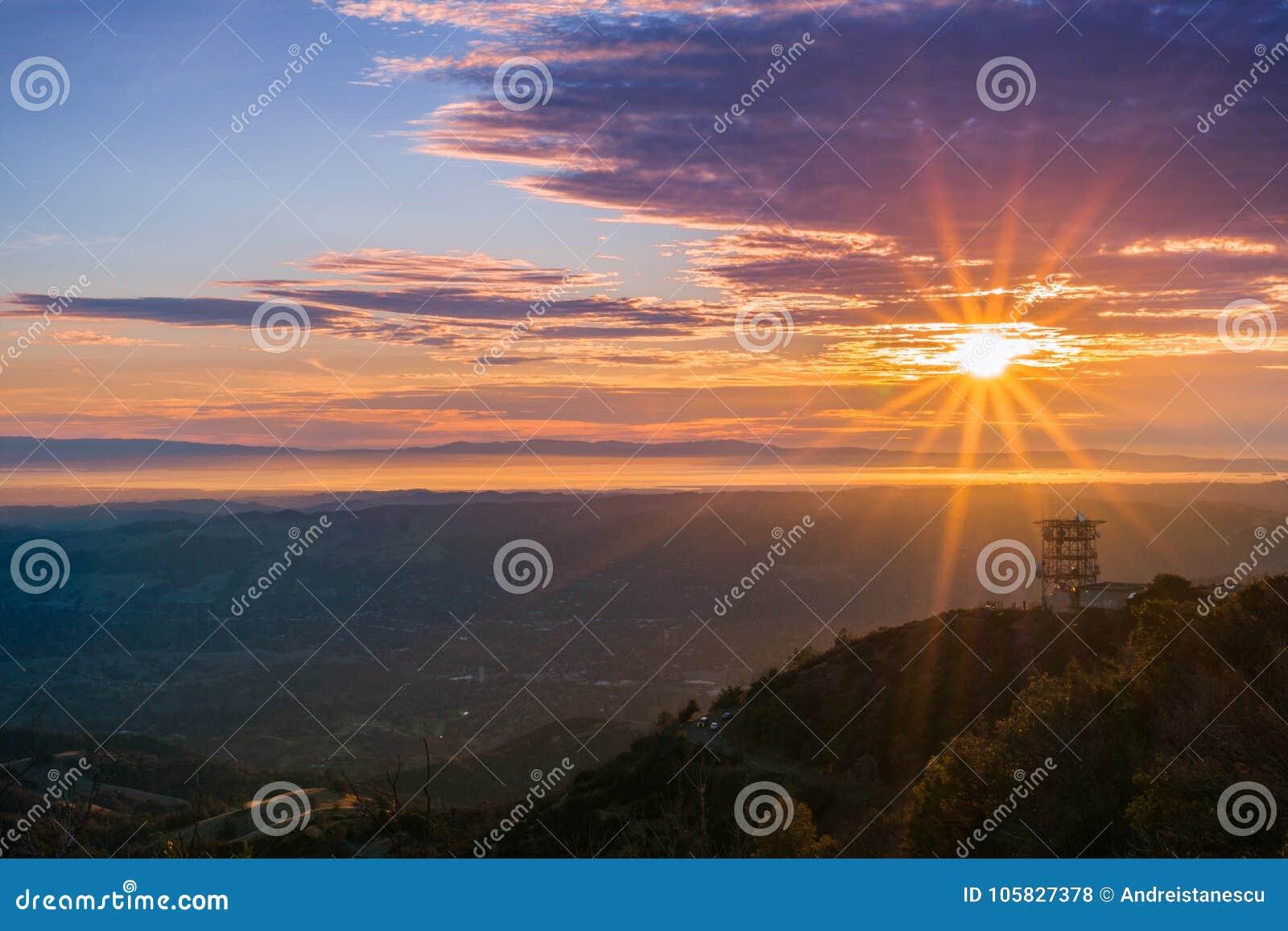 Sunburst sobre San Francisco Bay como visto da cimeira do Mt Diablo