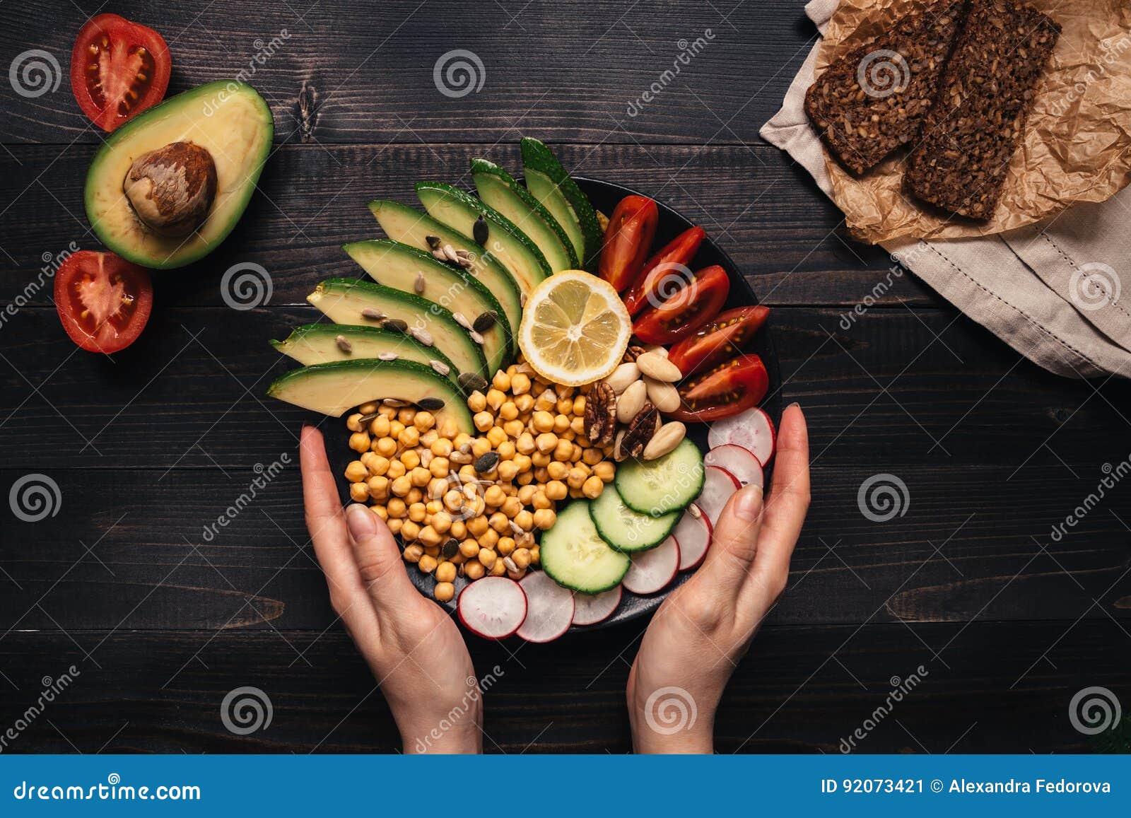 Sund begreppsmat Händer som rymmer sund sallad med kikärten