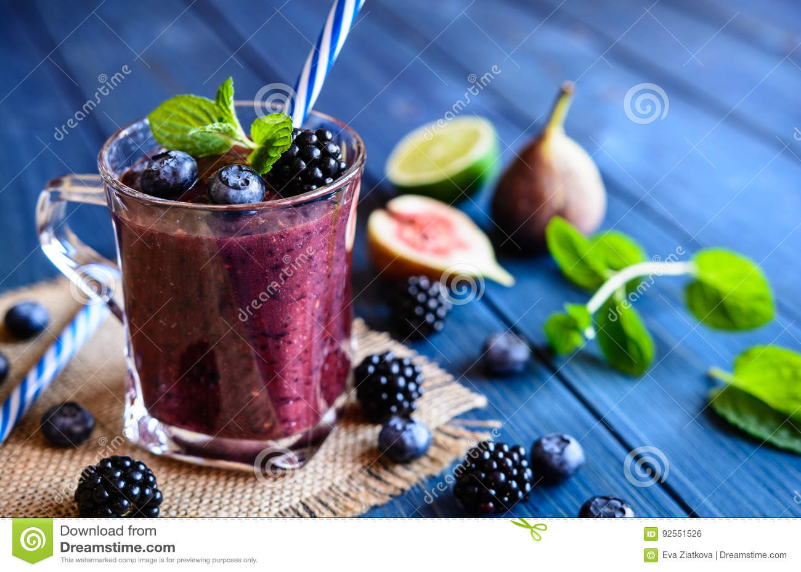 Sund björnbärsmoothie med fikonträd, blåbäret och limefrukt