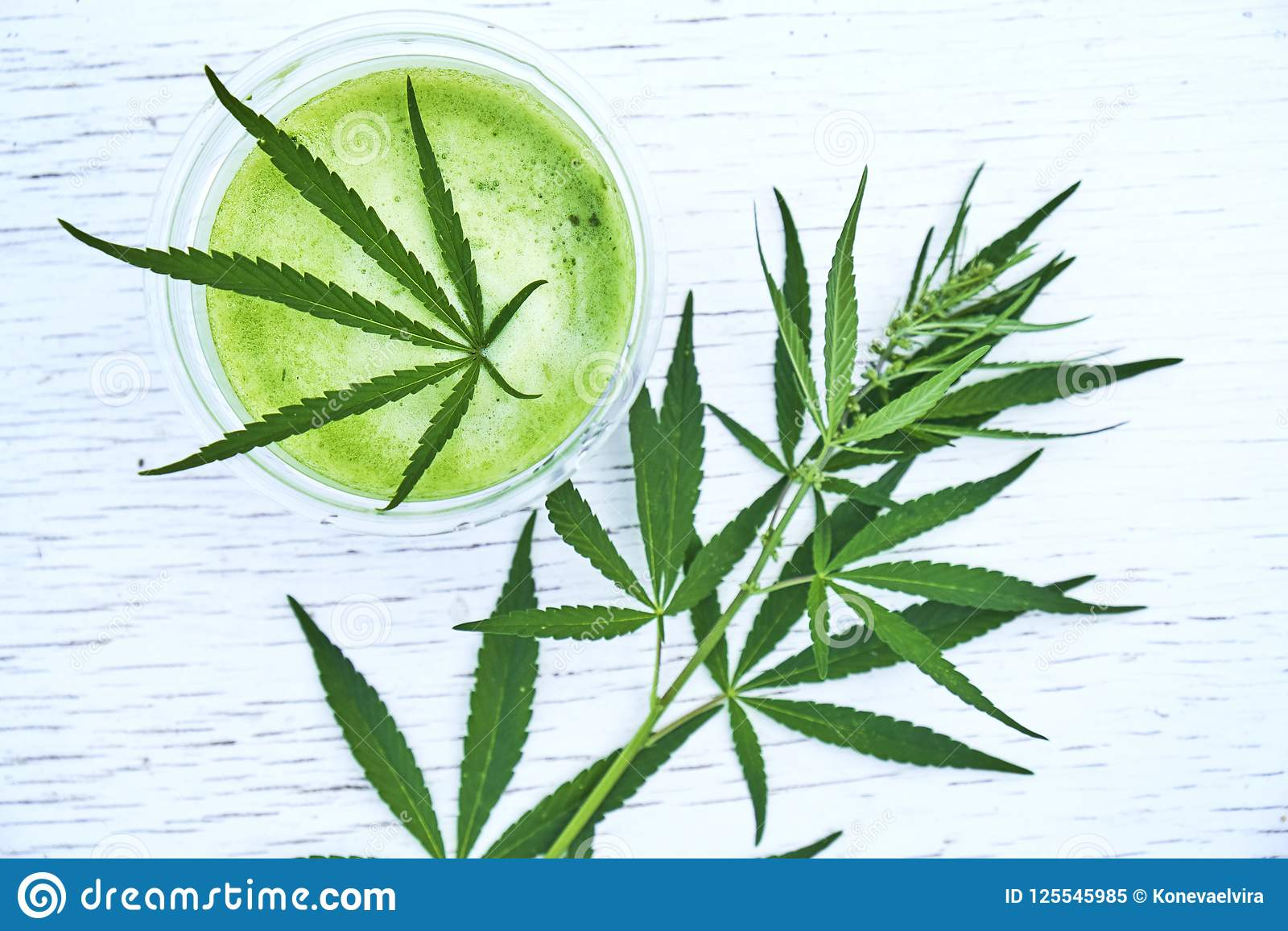 Sund cannabissmoothie på träbakgrund Naturligt tillägg, detox och sund uppehälle