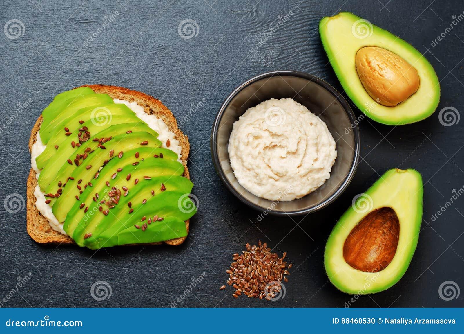 Sund för hummusavokado för vit böna smörgås för frukost för råg