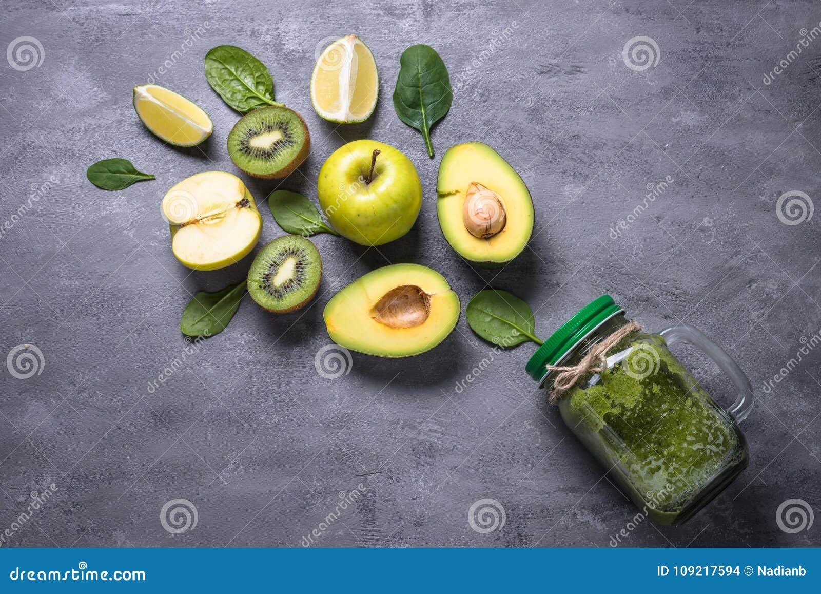 Sund grön smoothie i murarekrus och ingredienser