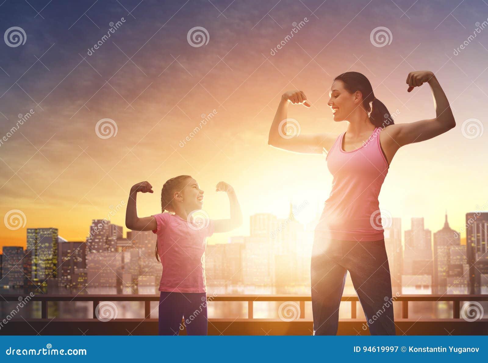 Sund livsstil cyklar den cirkulerande familjen som lyckliga ungar uppfostrar utomhus sport två