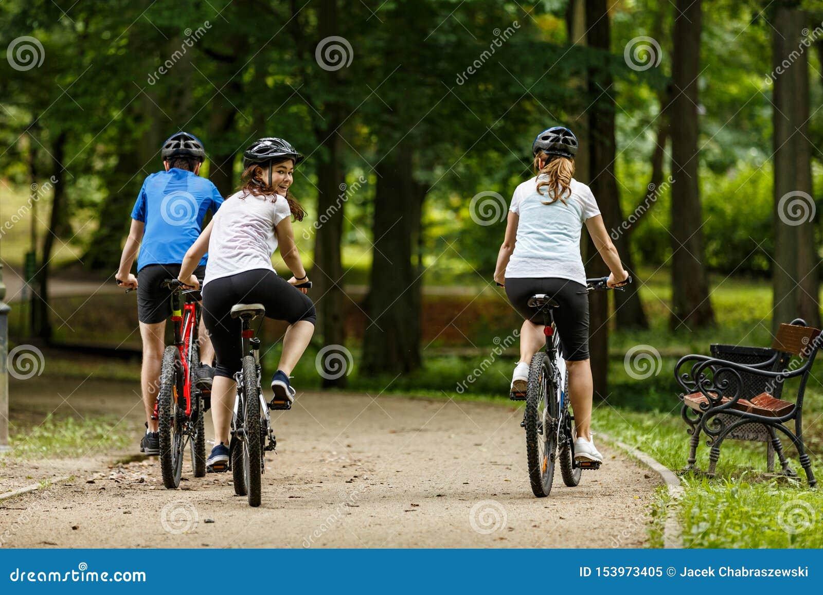 Sund livsstil - folket som rider cyklar i stad, parkerar