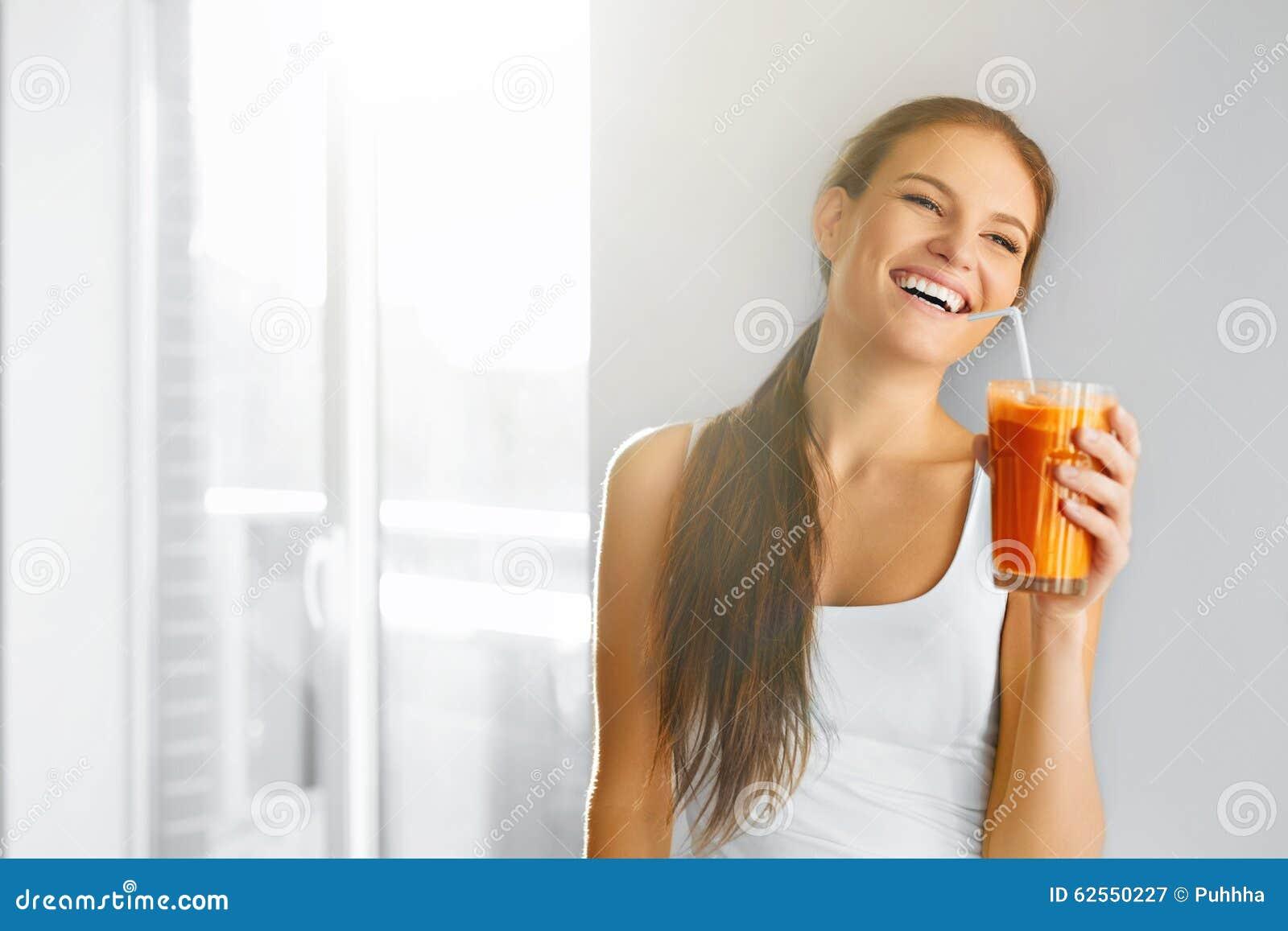 Sund livsstil Kvinna som dricker ny Detoxfruktsaft Mat bantar,