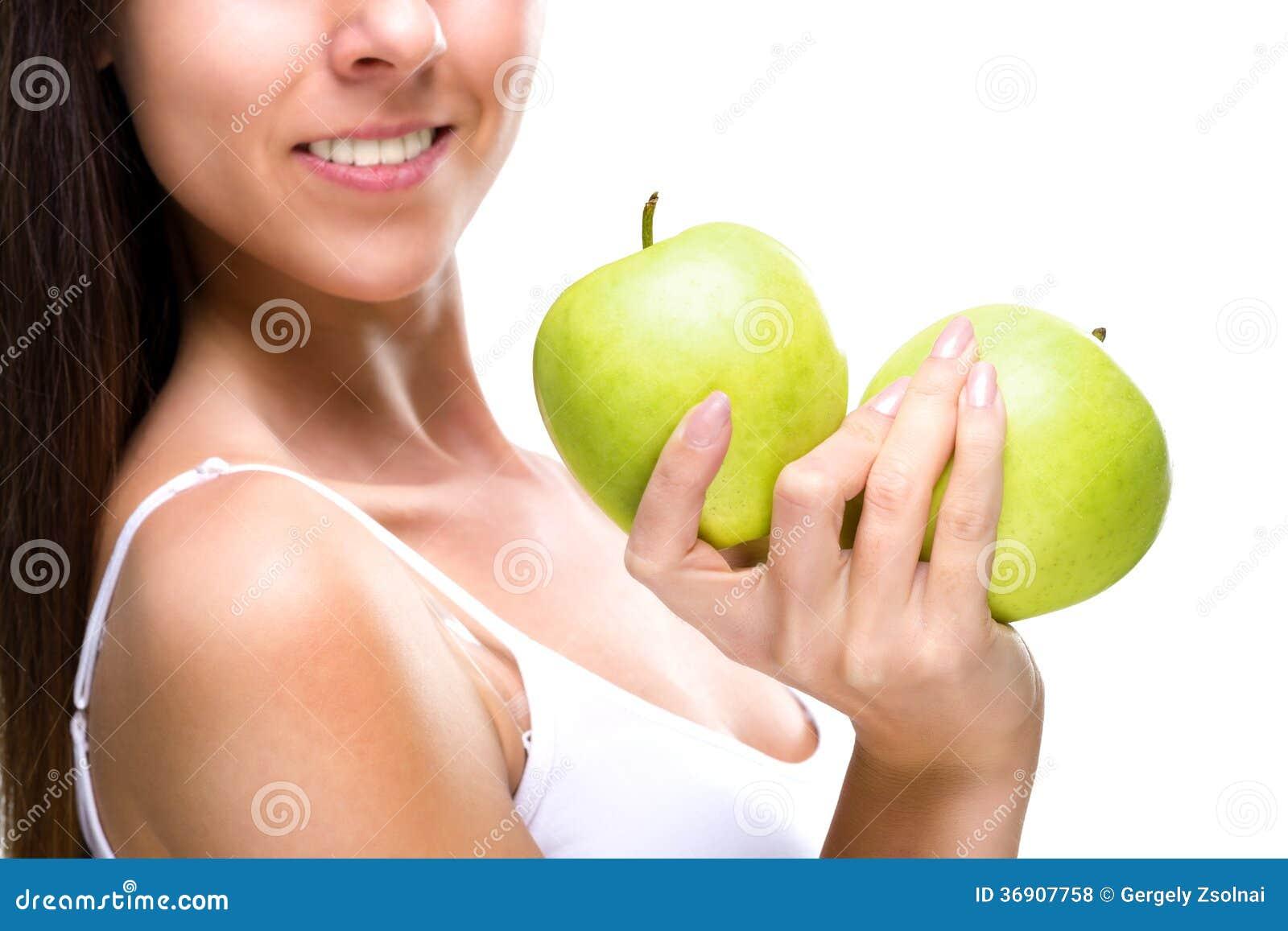 Sund livsstil - kvinnas händer, två härligt grönt äpple, detaljfoto