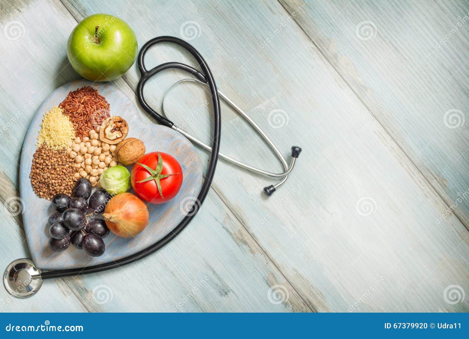 Sund livsstil och sjukvårdbegrepp med mat, hjärta och stetoskopet