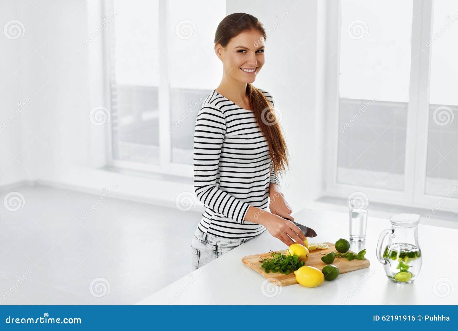 Sund livsstil som äter Kvinna med citroner och limefrukter vitamin