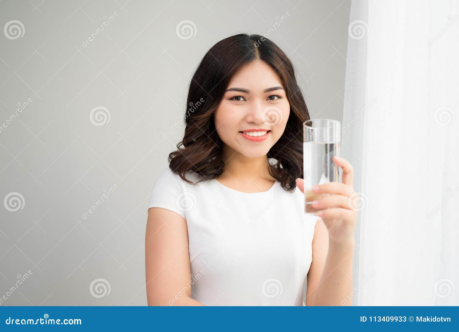 Sund livsstil Stående av den lyckliga le unga kvinnan med Gl