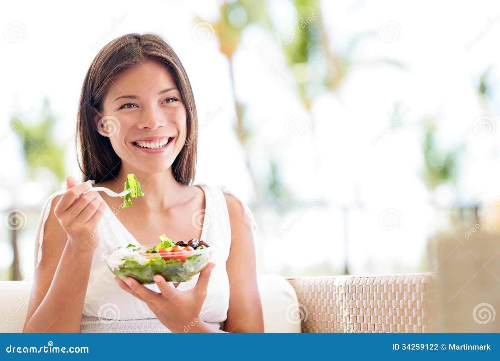 Sund livsstilkvinna som äter att le för sallad som är lyckligt